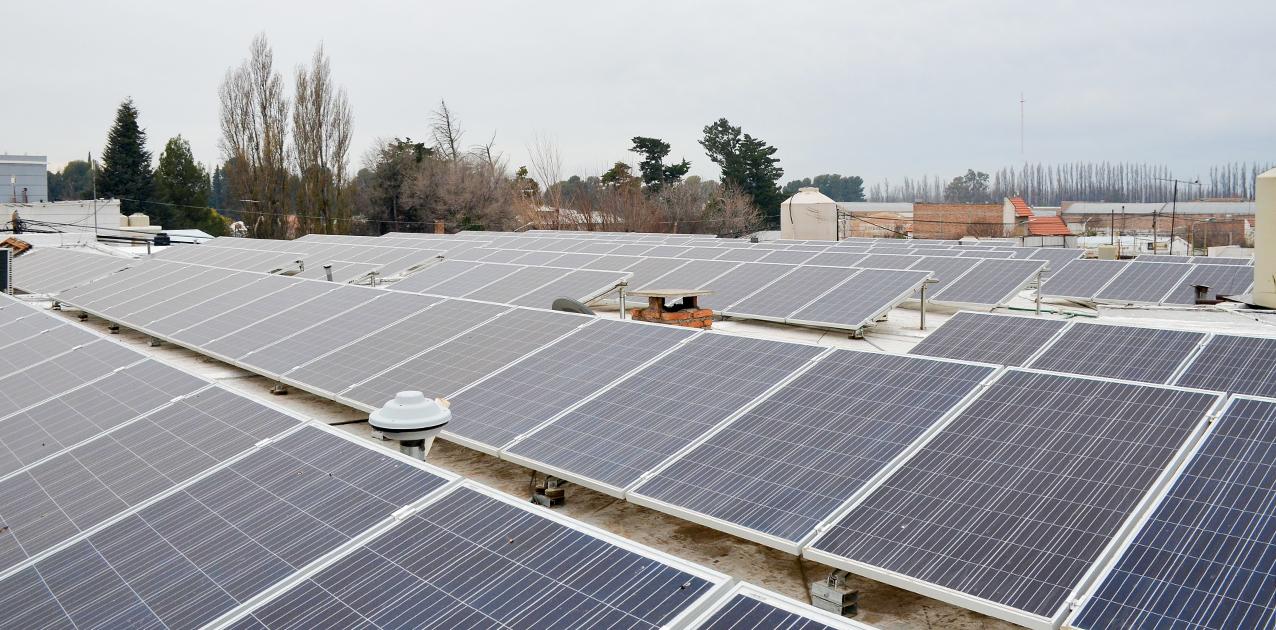 Se instalan paneles solares en edificios de Centenario